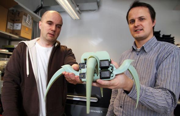 <p><b>ROBOTDEL:</b>Institutt for informatikk på universitetet i Oslo, her ved førsteamanuensis Mats Høvin ( til venstre) og ingeniør Yngve Hafting, viser fram en bevegelig robotdel laget med instituttets egen 3D-printer. Det hele er laget ved å legge tynne lag med plast oppå hverandre, etter et forhåndsbestemt mønster.<br/></p>