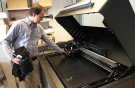 <p><b>DYR PRINTER:</b>Yngve Hafting på Institutt for informatikk med den ene av universitetets to 3D-printere i millionklassen. De lager gjenstander ved å legge plastlag på plastlag oppå hverandre.<br/></p>