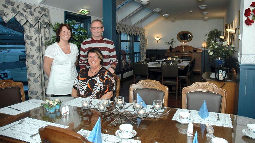 <p><b>GIR OPP:</b> Familen Kaldahl har nå bestemt seg for å legge ned hotellet som de kjøpte for syv år siden. Årsaken skal være konkurransen fra det statsstøttede nye rockehotellet i byen. Bildet er tatt i forbindelse med nyåpningen av hotellet. Fra venstre: Maren Kaldahl, Kjell Magnar Kaldahl, og Wenche Kaldahl.<br/></p>