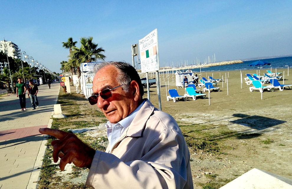 SINT: Den tidligere politimannen Jakovos (73) er på ettermiddagstur langs strandpromenaden i ferieperlen Larnaca.