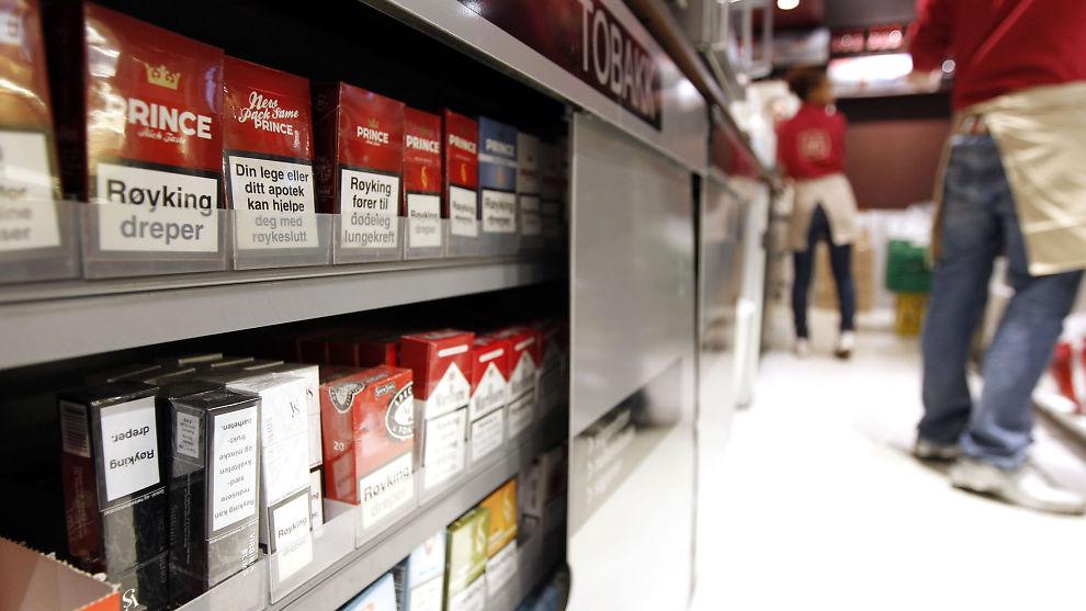 <p><b>BAK LUKKEDE DØRER:</b> I 2010 ble det forbudt å selge synlig tobakk i butikkene.<br/></p>