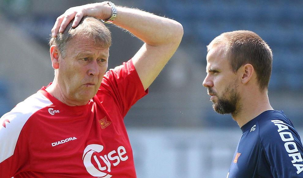<p><b>GIR SEG:</b> Åge Hareide gir seg som fotballtrener, for å satse fulltid i ny jobb innen næringslivet. Her snakker han med Indridi Sigurdsson på en Viking-trening for noen år tilbake.<br/></p>