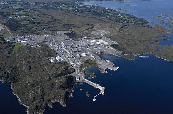 <p><b>HVERT FEMTE TEKOPP:</b> Ormen Lange-anlegget i Nyhamna i Aukra eksporterer gass til Easington i England, gjennom den 1.200 kilometer lange Langeled-rørledningen. Gassen fyller en femtedel av Englands gassbehov, og spøkefullt sies det at «hver femte tekopp» i England er varmet opp med gass fra Aukra.<br/></p>