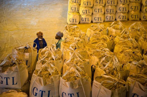 <p><b>MINERALRIKT:</b> Afrika har enorme naturressurser, men ifølge et utvalg ledet av Kofi Annan har ikke verdensdelen maktet å sikre seg de inntektene man burde av utvinningen av mineraler og andre råvarer. Her ser vi kongolesiske gruvearbeidere fra Katanga-regionen med et parti utvunnet kobolt.<br/></p>