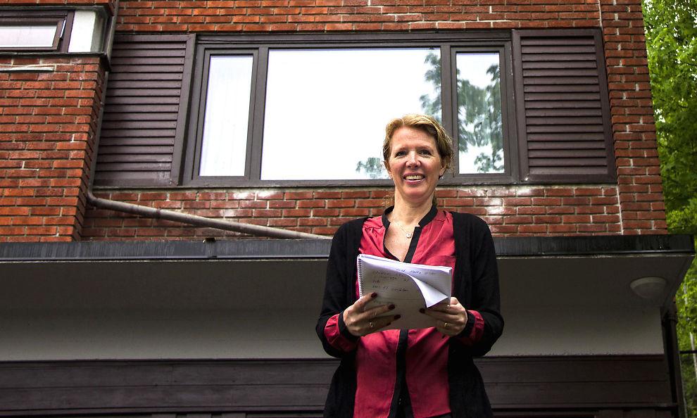 <p><b>Lønnsom boligutleie:</b> Ved å kjøpe en utleiebolig der det er riktig balanse mellom investeringskostnad, mulig verdistigning, løpende utgifter og sikre stabile utleieinntekter, oppnår du lønnsomhet over tid, sier Catherine Sand. Her foran sin utleiebolig i Ekebergskrenten i Oslo.</p>