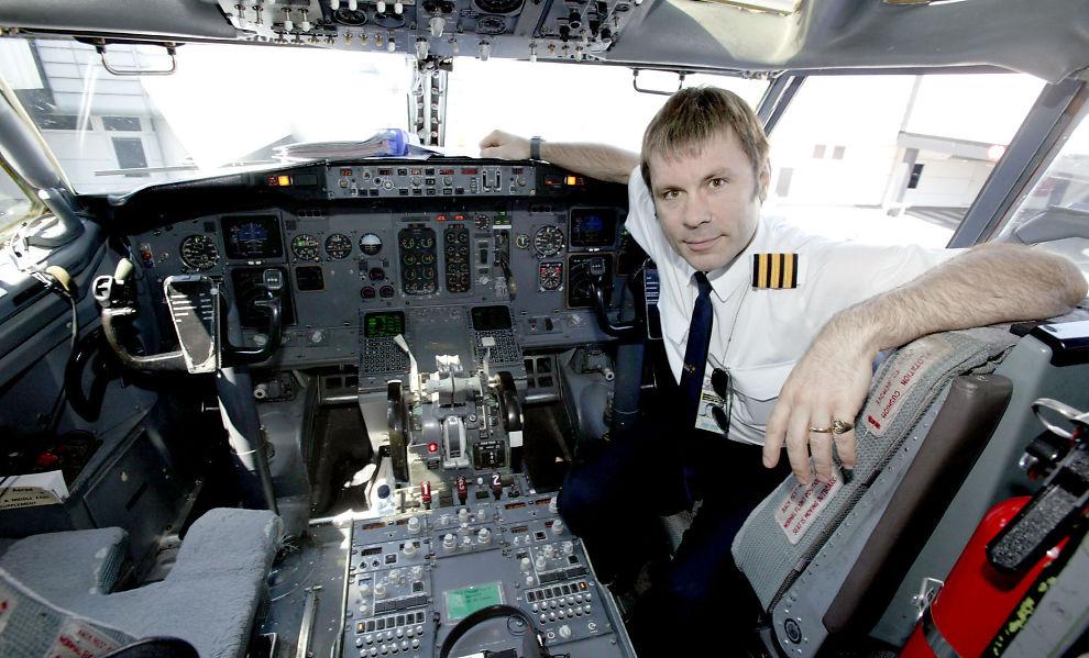 Iron Maiden-vokalist Bruce Dickinson i cockpiten på vei til Roskilde-festivalen i 2003.