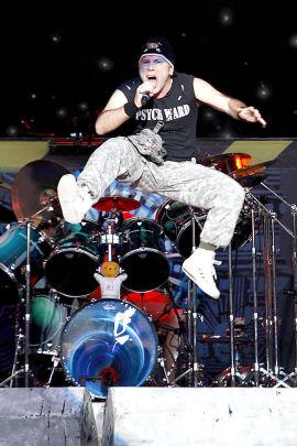 FLYR HØYT: Iron Maidens vokalist Bruce Dickinson i et energisk øyeblikk under en konsert i Bergen i 2010.