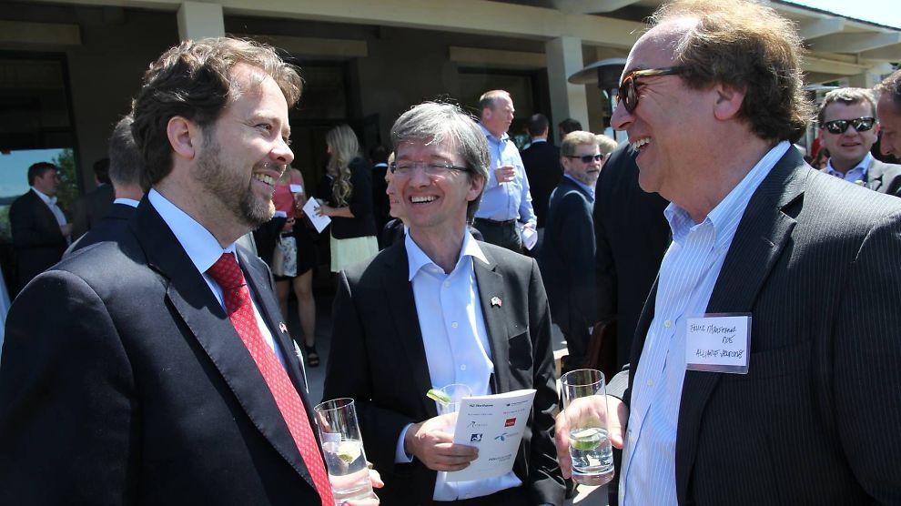 <p><b>PÅ BESØK:</b> Abelia-direktør Paul Chaffey kom rett fra Google og investor Erling Maartmann-Moe fra Tesla da de møtte konserndirektør i Cisco, Snorre Kjesbu (t.v.).</p>
