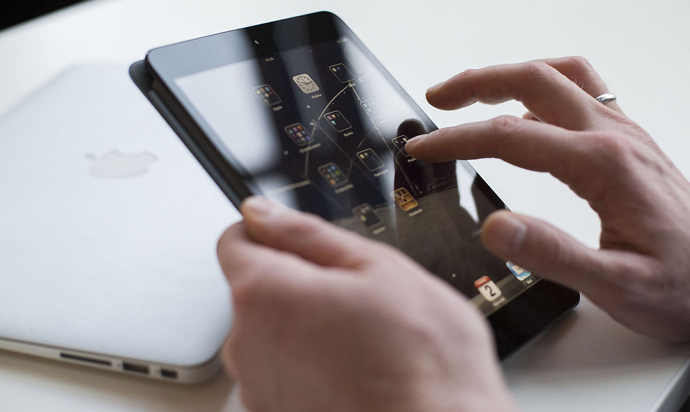 <p><b>HAR DU EN SLIK KOBLET OPP MOT JOBBEN?</b> Husk å tenke på at din private mobil eller nettbrett med jobbmail, tilgang til bedriftens systemer eller sensitive dokumenter, kan bli hacket eller stjålet.</p>
