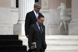 <p><b>KUTTPLANER:</b> Hellas' finansminister Yannis Stournaras (foran) og talsmann Simos Kedikoglou planlegger å legge ned gresk statlig TV med umiddelbar virkning, for å spare penger. Her kommer de to ut av regjeringskontorene etter et møte i 2012.</p>