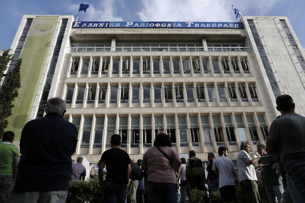 <p><b>PROTESTERER:</b> En folkemengde samlet seg i dag foran hovedkvarteret til den greske rikskringkasteren ERT i Aten, etter at det ble kjent at regjeringen med umiddelbar virkning legger ned stats-TV-kanalen, for så å bygge opp en slanket utgave senere.</p>