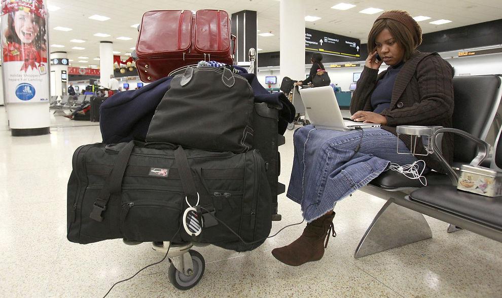 <p><b>USIKKERT PÅ USIKRET:</b> Enn fersk undersøkelse viser at nordmenn ikke tenker på sikkerhet når de surfer på usikrede, trådløse nettverk. Her ser vi en reisende som surfer på flyplassen i Miami.<br/></p>
