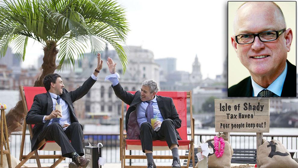 DEMONSTRERTE MED HUMOR: Disse to utkledde herrene demonstrerte i helgen i London mot skatteparadis i forkant av G8-møtet i Nord-Irland som begynte mandag.