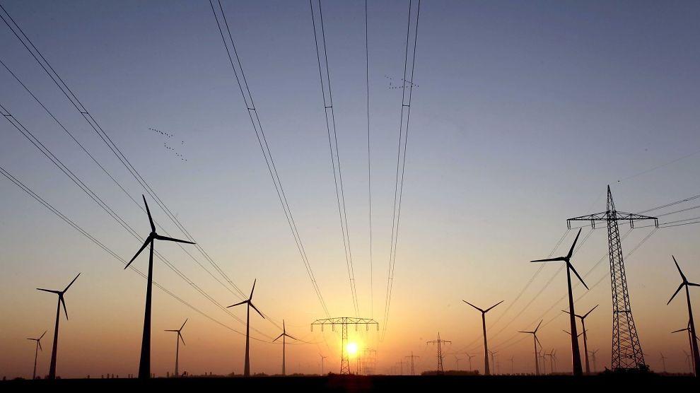 <p><b>SLÅR UT GASS:</b> Vindkraft og strømledninger i Nauen, utenfor Berlin.</p>