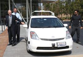 <p><b>FØRERLØS BIL:</b>Forskningen på førerløse biler har allerede kommet langt. Google viste fram sin første prototype allerede for to år siden. Her ser vi California-guvernør Jerry Brown og senator Alex Padilla få en prøvetur med Google-gründer Sergey Brin.<br/></p>