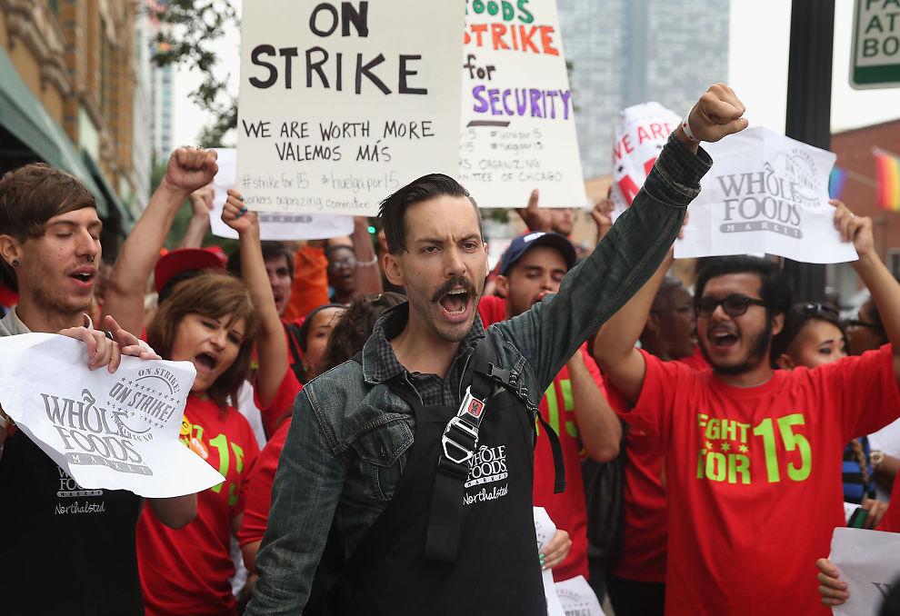 """<p><b>MASSIVT OPPRØR:</b> Flere ansatte i Whole Food Market marsjerer i gatene i Chicago, som del av den landsomfattende demonstrasjonen for høyere lønn, """"Fight for 15"""".</p>"""