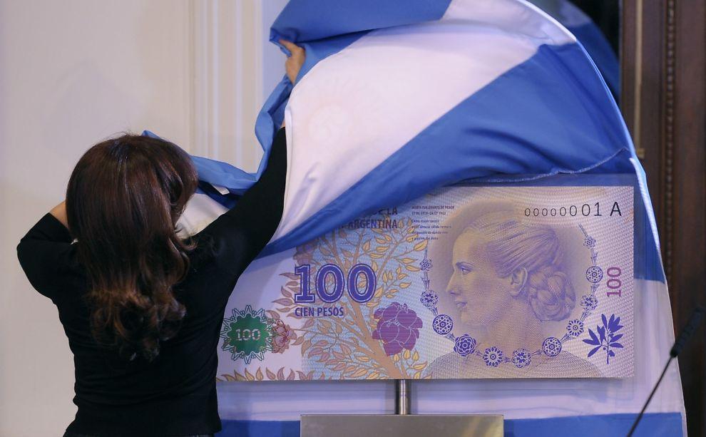 <p><b>IKKE HARD NOK:</b> Argentinas president Cristina Kirchner avduker en ny 100 pesos-seddel hvor den meget populære presidentkonen Eva Duarte de Peron er avbildet. Problemet er at valutaens kjøpekraft er i fritt fall.</p>