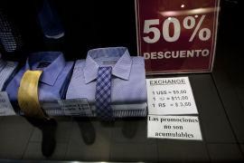 <p><b>ETTERTRAKTET DOLLAR:</b> Butikkene i Argentina, som denne i Buenos Aires, tar gjerne betaling i amerikanske dollar - og det til en langt høyere kurs enn myndighetenes offisielle veksklingskurs.</p>