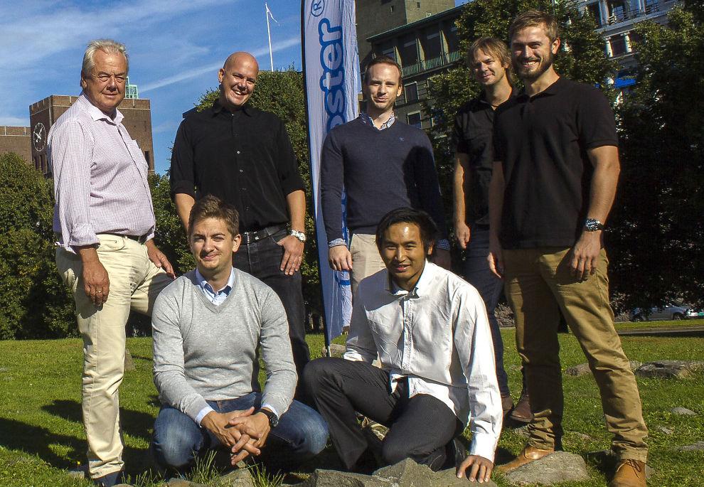 <p><b>SLÅS SAMMEN:</b> To av Norges ledende miljøer for salg av Facebook-relaterte tjenester, Fanbooster og Fennek & Friends, slår seg sammen og blir ett. Her ser vi bak fra venstre: Olav Eggum (styreformann Fanbooster), Erik Eggum (daglig leder, Fanbooster), Fredrik Bertin Fjeld (Fennek), Vegard Eggum (Fanbooster), Alexander M. Grimstad (Fennek). Foran fra venstre: Mikkel Gedde og Jing Kjeldsen (begge Fennek).</p>