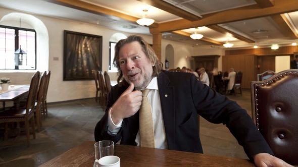 <p><b>DELER UT:</b> Odd Reitan deler ut prisen «Årets Ladejarl» her på Lade Gaard. Vinneren får i tillegg til to millioner kroner en statuett av Odd Reitan.<br/></p>