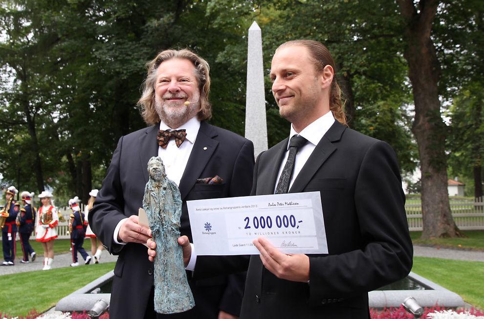 <p><b>PENGER OG HYLLEPYNT:</b> Anlov Mathiesen (h) får to millioner kroner og en statuett av Odd Reitan.</p>