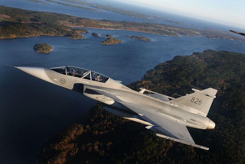 <p><b>SVERIGES STOLTHET:</b> JAS 39 Gripen under demonstrasjonsflyving i luftrommet over Linköping i november 2006.</p>