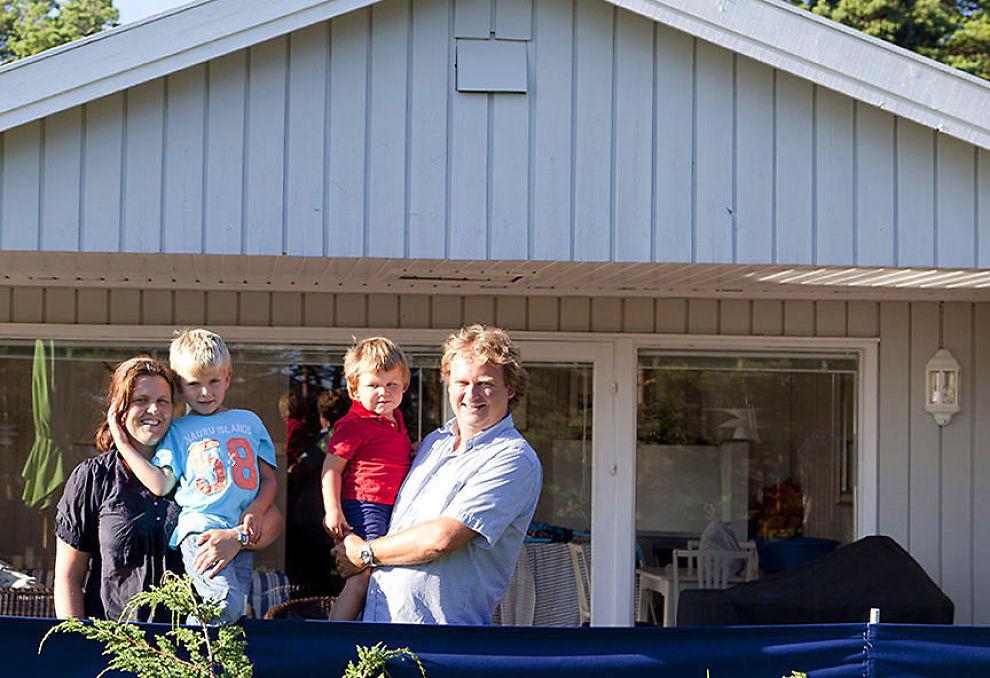 <p><b>Velger hytteferie.</b> Kristine Hilberg, Tord Tunstad og barna Sebastian og Edvard koser seg på hytta på Hvaler så ofte de kan.</p>