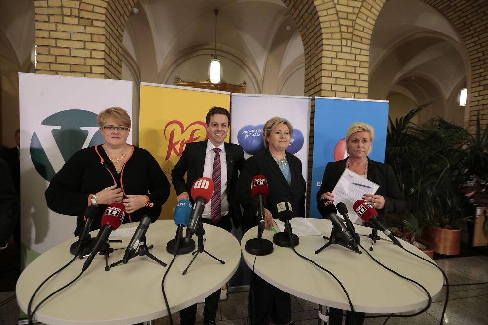 <p>Venstre-leder Trine Skei Grande, Krf-leder Knut Arild Hareide, Høyre-leder Erna Solberg og Frp-leder Siv jensen under pressekonferansen med de borgerlige partiene i Vandrehallen på Stortinget mandag kveld.</p>