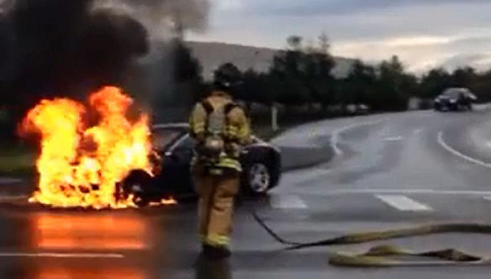 <p><b>TOK FYR:</b> En Tesla Model S begynte å brenne nær Seattle i USA tirsdag. Føreren skal ha truffet en metallgjenstand i veibanen, og det direkte sammenstøtet med bilens batteri skal vær årsaken til brannen.</p>
