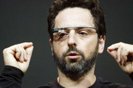 <p><b>BRILLEFINT:</b>Sergey Brin fra Google viser fram en prototype av den mye omtalte Google-brillen, som kan filme og surfe. Det er uklart når produktet lanseres.<br/></p>