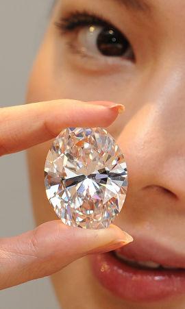 <p><b>PERFEKT:</b> Denne diamanten er verdens dyreste. Mandag ble den solgt for 30,6 millioner dollar i Hongkong.</p>