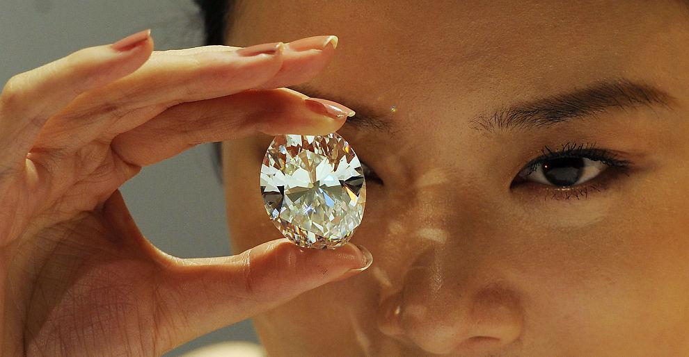 <p><b>STOR SOM ET EGG:</b> En modell holder opp diamanten som ble solgt for 30,6 millioner dollar på en auksjon i Hongkong mandag.<br/></p>
