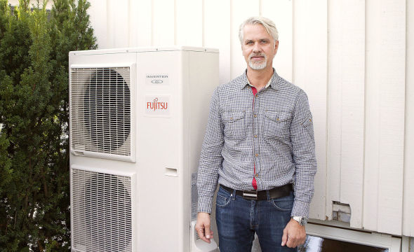 """<p><b>Klimavennlig:</b> Torgeir Haugland fikk fjernet den gamle oljekjelen og erstattet den med en luft-til-vann-varmepumpe. Til dette fikk han 25.000 kroner i støtte fra Enova. <a href=""""http://www.dinepenger.no/bruke/fikk-25-000-kroner-for-aa-kvitte-seg-med-oljen/21606909"""">Les mer her om hvordan du kan få støtte</a></p>"""