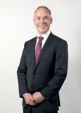 <p><b>STOKKER KORTENE:</b> Statsråd Jan Tore Sanner (H).</p>