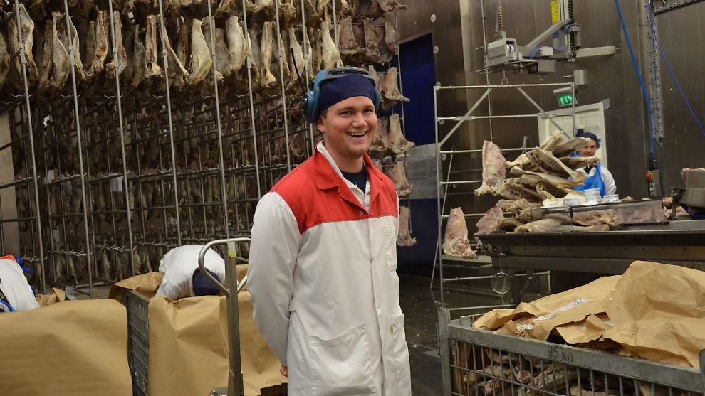 <p><b>TRAVELT:</b> Kristian Flatland (22) er ansvarlig for pinnekjøttproduksjonen ved Fatland Jæren. Det er ingen liten jobb.<br/></p>