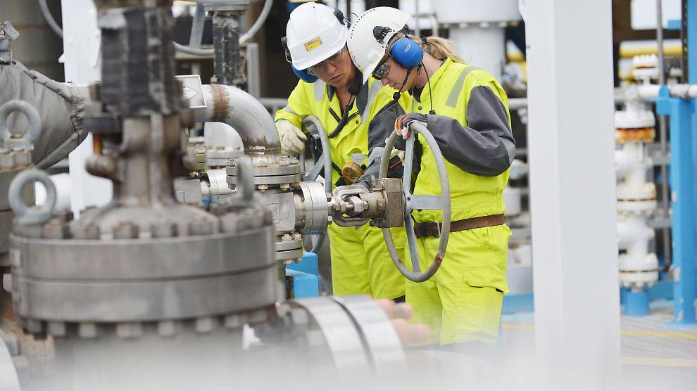 <p><b>KAN PRESSE LØNNSVEKSTEN:</b> Holden III-utvalget overleverte tirsdag en enstemmig rapport om lønnsdannelsen og utfordringer fra det høye lønnsnivået til finansminister Siv Jensen. Utvalget spår lavere lønnsvekst i oljeleverandørindustrien.<br/></p>