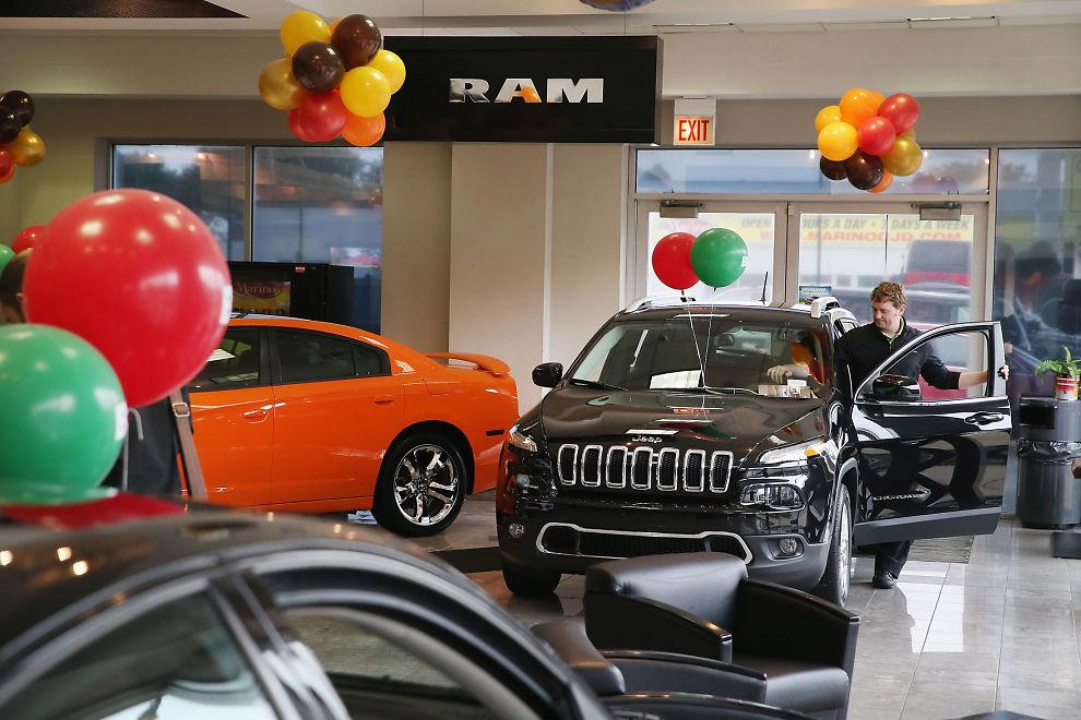<p><b>SOM VARMT HVETEBRØD</b>: Bilsalget går strykende i USA. Her fra en Chrysler-butikk i Chicago, Illinois. Chrysler-gruppen økte med 16 prosent i november.<br/></p>