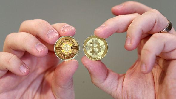 <p><b>OMSTRIDT VALUTA:</b> En mann viser frem en symbolsk bitcoin som er produsert i USA.</p>