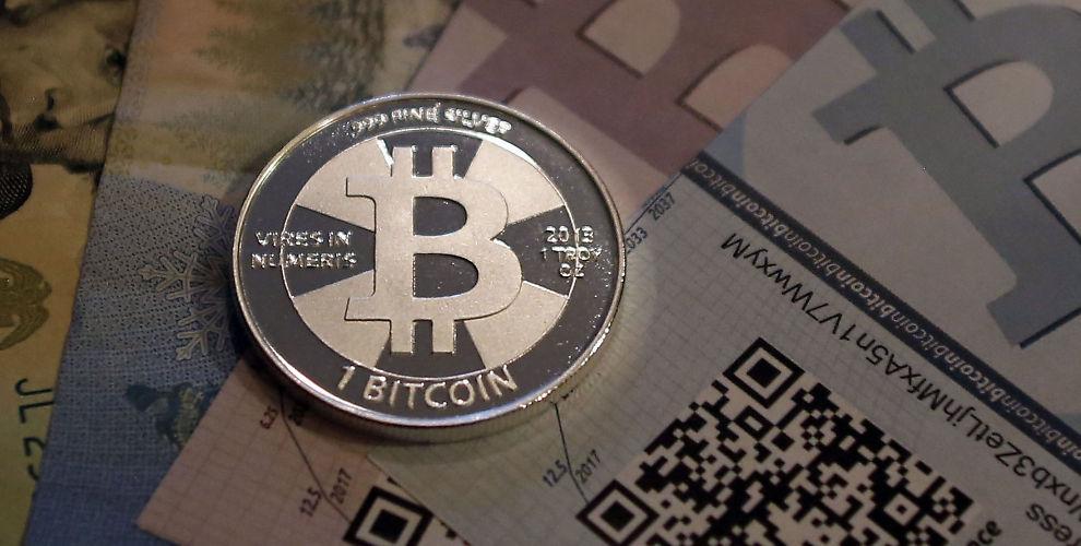 <p><b>VALUTA?:</b> Bitcoin er en digital betalingsform. Her er en tenkt utgave av en bitcoin-mynt. Finansmyndigheter over hele verden sliter med å vite hvordan de skal forholde seg til fenomenet.<br/></p>