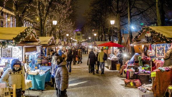 <p><b>HØYT FORBRUK:</b> Filosofiprofessor Vetlesen ber folk tenke på miljøet i julegavehandelen. Her fra julemarkedet i Oslo sentrum.<br/></p>