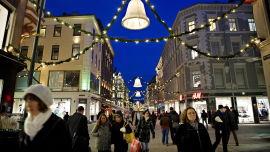 <p><b>ETTERLYSER BÆREKRAFT:</b> - Det som på kort sikt gir velstand vil på lang sikt ødelegge oss, mener Vetlesen. Bildet viser en julepyntet Karl Johans gate.<br/></p>