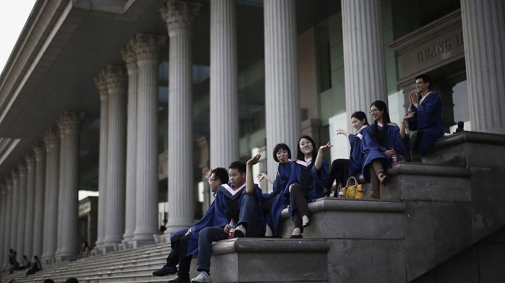 <p>Uteksaminerte studenter ved Fudan-universitetet i Shanghai sitter på trappen foran en bygning på camus i mai. BI har samarbeidet med universitetets lederutdanningsprogram i flere år, og legger nå til faget «Kreativitet og innovasjon» i sitt tilbud.<br/></p>