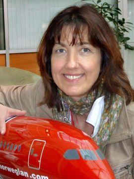 <p>Anne-Sissel Skånvik, kommunikasjonsdirektør i Norwegian, med en modell av Boeing 787 Dreamliner. - Det er et fantastisk fly å reise med, sier hun til E24. - Men ikke når det står på bakken.<br/></p>