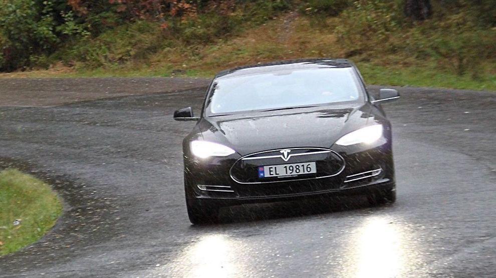 <p><b>FØRJULSTOPPEN:</b> Teslas Model S ble den mest solgte bilen i Norge i desember, men siden leveransene først kom ordentlig gang i høst ble det ingen pallplass på el-bilen for hele 2013.<br/></p>