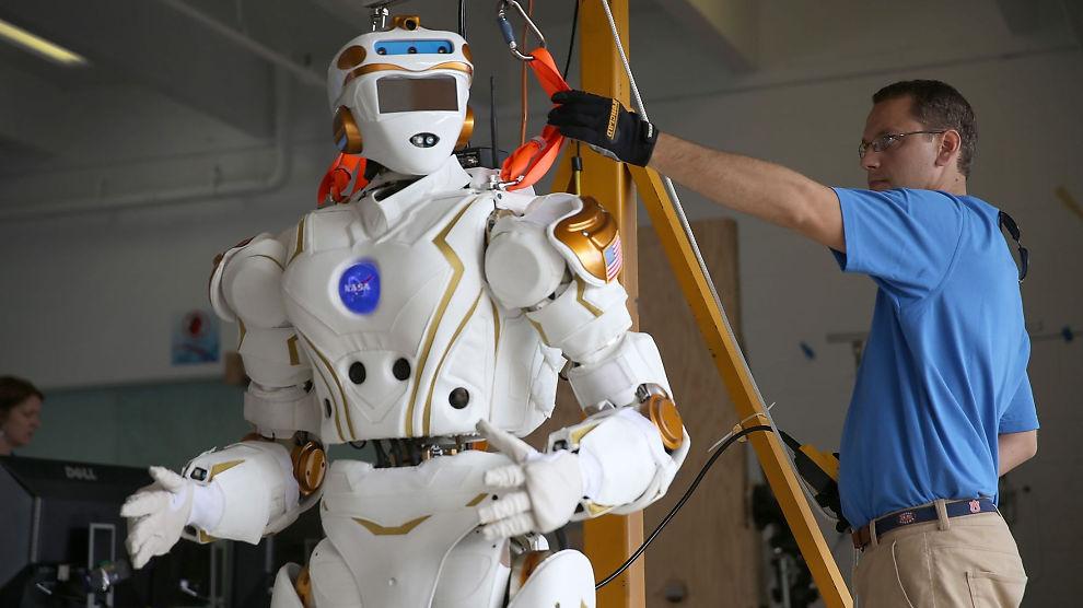 <p><b>DEN NYE ARBEIDERKLASSEN?</b> Finsk forskning sier at en tredjedel av jobbene kan bli tatt over av maskiner og roboter i løpet av de neste to tiårene. Det blir nok likevel en stund til humanoide roboter utfører vanlige arbeidsoppgaver. Her gjør en (menneskelig) NASA-ansatt en robot klar til Darpa Challenge-konkurransen for roboter i Miami før jul.</p>