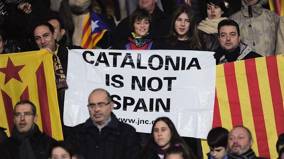 <p><b>STERKE FØLELSER:</b> Mange katalanere føler liten tilknytning til Spania. Her viser fotballsupportere frem en plakat under en vennskapskamp mellom et katalansk lag og Kapp Verdes landslag like før nyttår.</p>