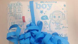 Valgfritt: Ekspeditøren i Name Its butikk i Oslo svarte at hun antok at gaven skulle til en gutt - og pakket derfor inn den blå genseren i blått papir med påskriften boy. Hadde E24 ønsket seg et annet papir, ville alternativet vært en rosa innpakning, med påskriften girl.