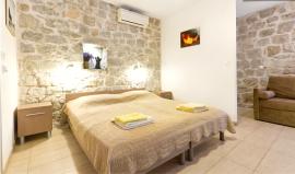 <p><b>IKKE SPLITTER PINE-PRIS:</b> Leier du av private, kan du spare mye på opphold i utlandet. Denne studileiligheten i gamlebyen i Split i Kroatia kan du leie for 253 kroner døgnet via Airbnb. Den har plass til fire personer. For dobbelt hotellrom må du ut med det dobbelte.<br/></p>