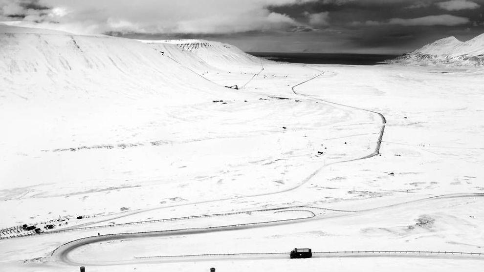 <p><b>SER SORT UT FOR KULL:</b> Her er en kullbil på vei ned Adventdalen, fra Gruve 7 mot Longyearbyen.</p>