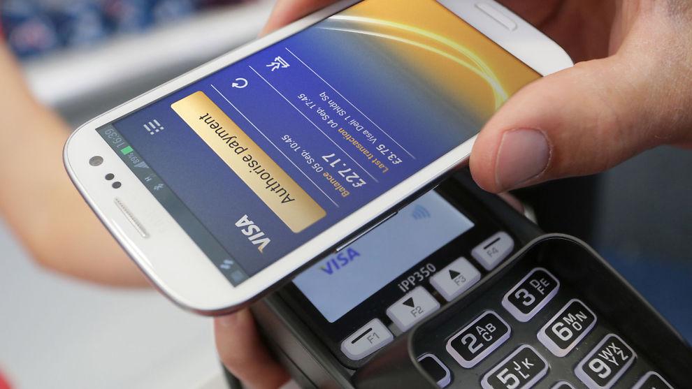 <p><b>LESER AV CHIP:</b> Nye betalingsterminaler skal lese av NFC-chipen som nå er installert i de fleste mobiltelefoner, selv når mobilen er slått av. Apples mobiler mangler imidlertid en slik chip.<br/></p>
